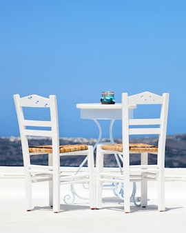 サントリーニ島の2つの白い椅子
