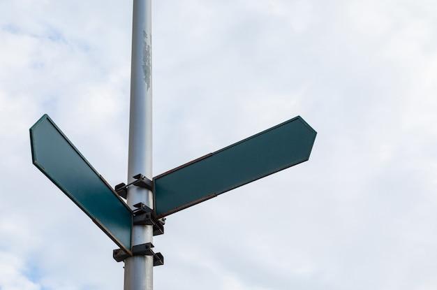 モックアップの2つの矢印の付いたストリートポインター
