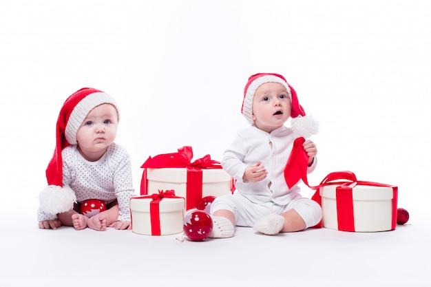 新年の帽子の2つの美しい赤ちゃん