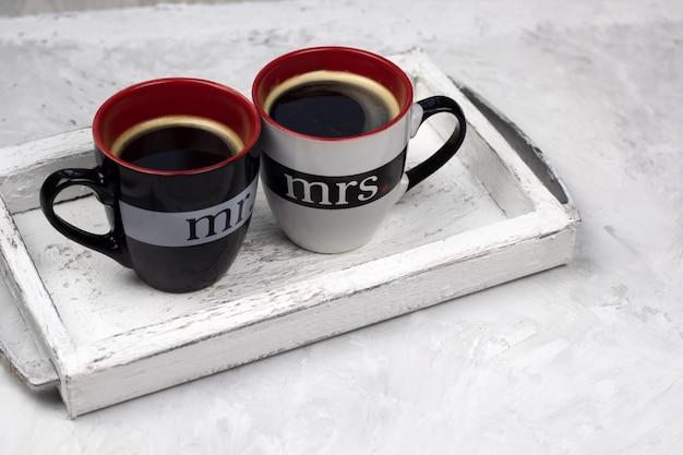 ビンテージ木製トレイコンクリート背景にブラックコーヒーを2杯