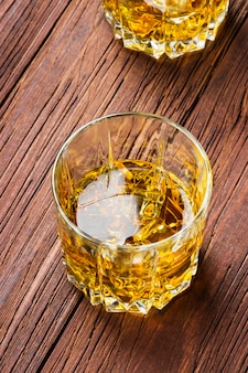 2つのグラスに氷とウイスキー
