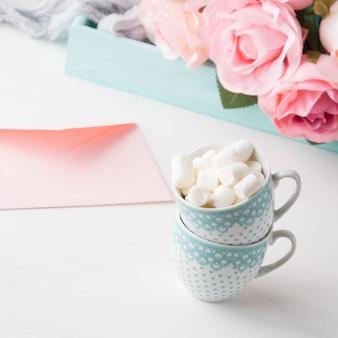 バレンタインや母の女性の日のためのマシュマロカードと2つのコーヒーカップ。