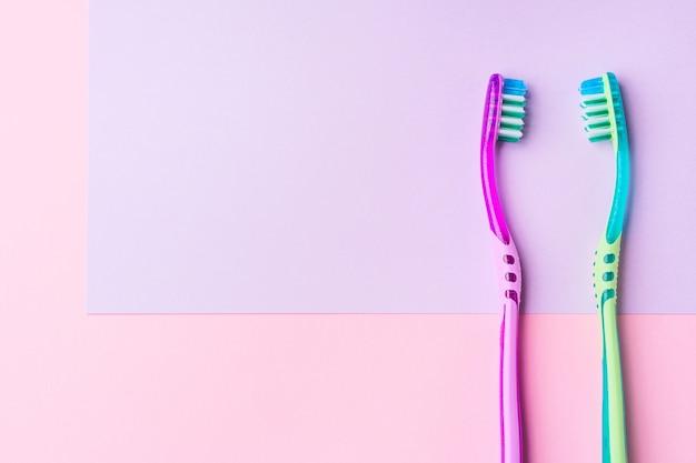 ピンクのカップルのための2つの歯ブラシ