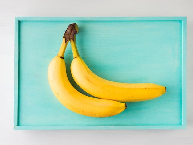 緑のパステルの2つのバナナ