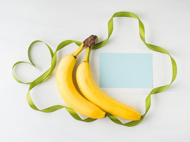緑のリボンフレームと2つのバナナ