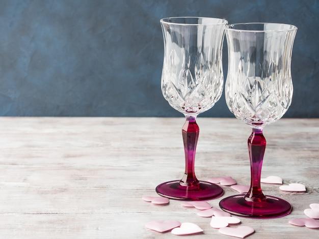 2つのピンクの茎シャンパングラスとハート