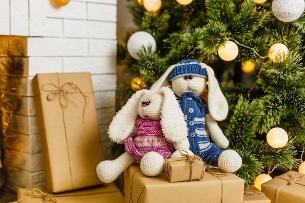 2つの手作りのウサギのおもちゃの男性と女性。ベビーシャワーの装飾のアイデア。