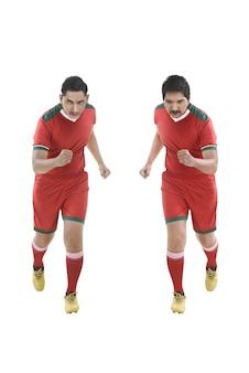 実行している2人のアジアのフットボール選手