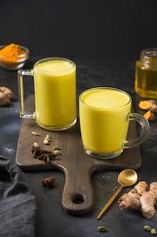 黄金のウコンラテミルクの2つのカップ