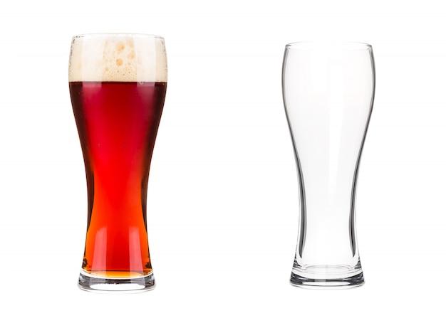 白で隔離される2つのビールのグラス