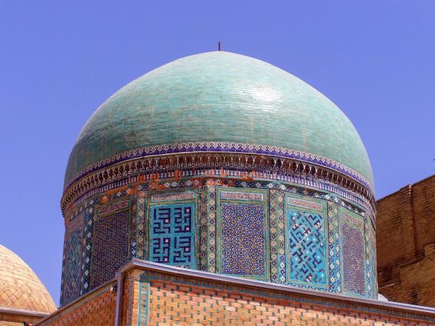 ウズベキスタンのサマルカンドのシャー・ジンダ記念館にある2つの青いターコイズブルーのドームの詳細。