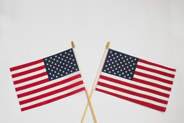 白で互いに交差する2つのアメリカの国旗