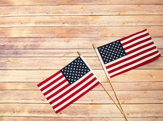 木製の背景に2つのアメリカ国旗