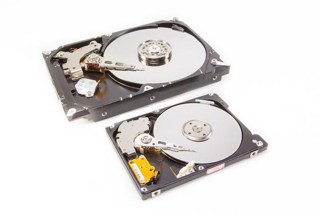 内部を示す2つの異なるサイズのハードドライブ
