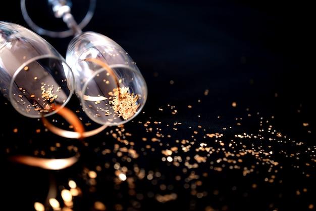 金色のキラキラと2つのシャンパングラス