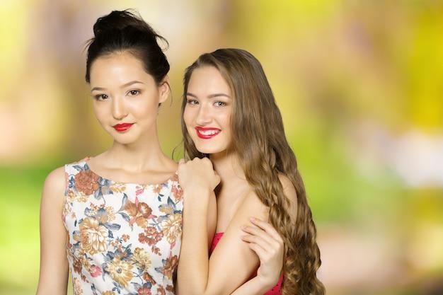 2人の幸せな女の子の肯定的な友人の肖像画