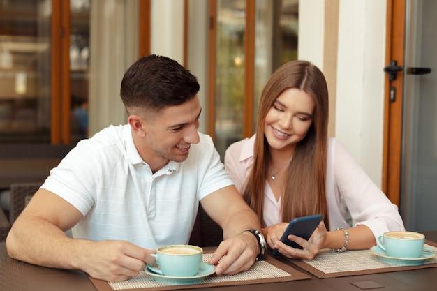 お互いの時間を楽しんでいるカフェの2人