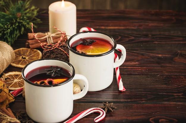 クリスマスの2つのカップは、木製のテーブルのグリューワイン