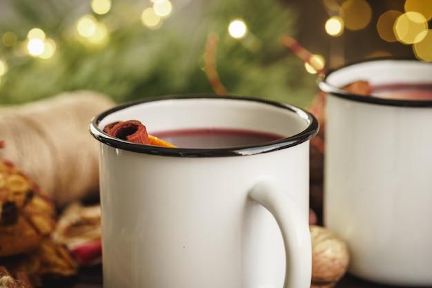 木製のテーブルにクリスマスグリューワインを2杯