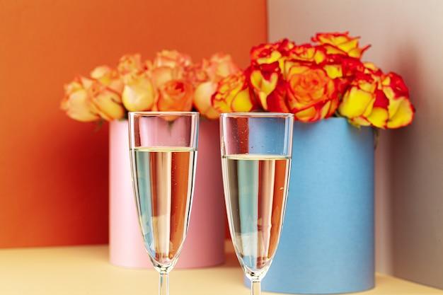 シャンパンを2杯と、バラの花束