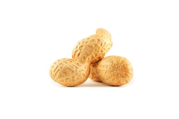 ピーナッツ。 2つの皮をむいたナッツの白い背景で隔離。ピーナッツマクロ。