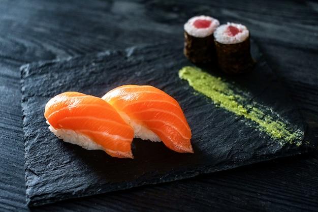 石の上にサーモンと2つの寿司