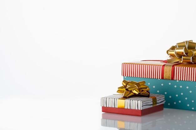 誕生日やクリスマスの弓と2つのギフトボックス。白いコピースペース