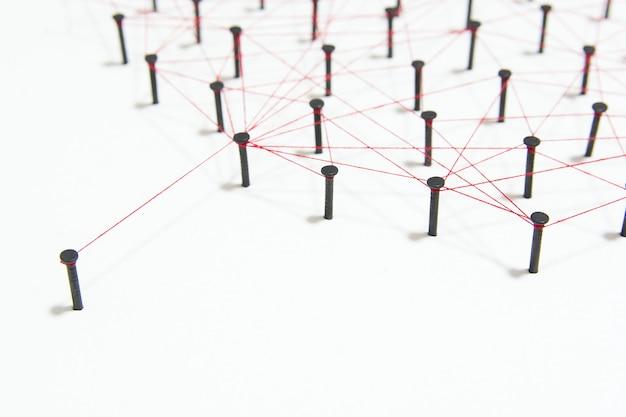 2つのネットワーク間の接続コピースペースを持つ赤いスレッドと一緒にリンクされたシミュレーション