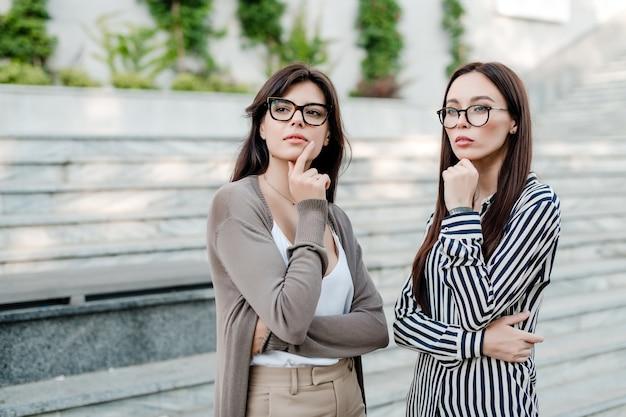 考えてメガネで2人のビジネスウーマン