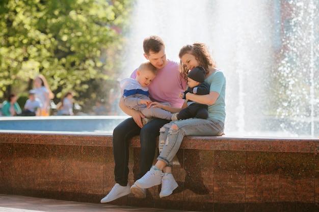 散歩に2人の子供を持つ若い家族