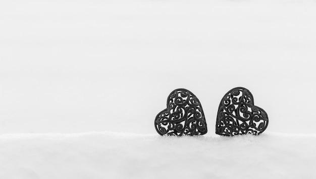 雪の吹きだまりの2つのベルベットハート