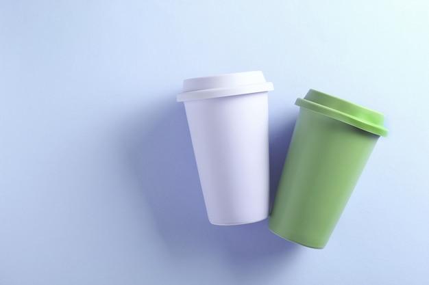 紫のパステルパープルとグリーンのセラミックトラベルマグ。紫の2つのタンブラーカップ。