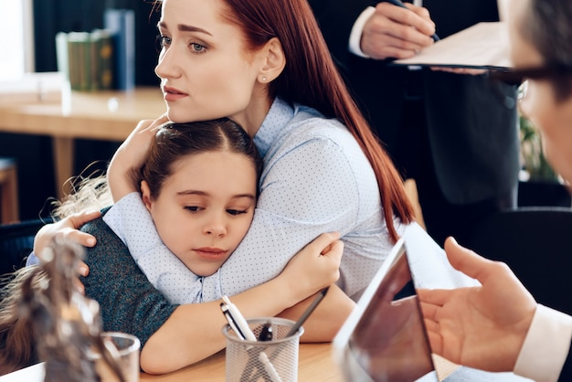 2人の親が離婚の概念で子供と争っています。