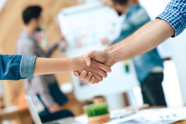 握手2人のデザイナー建築家を閉じます。