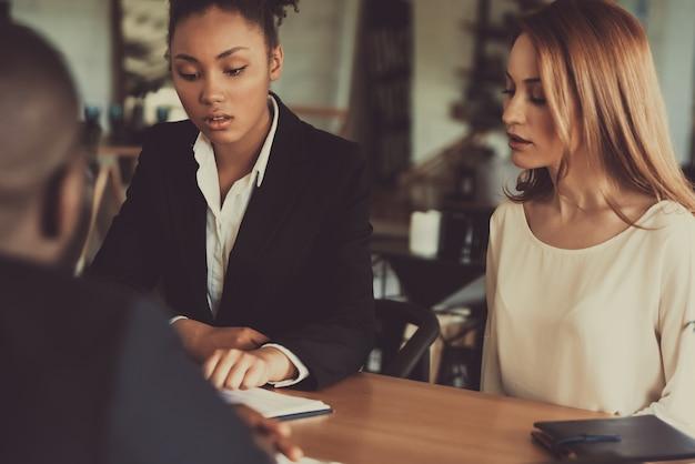 2人の女性採用担当者がアフロアメリカンガイにインタビューします。