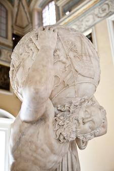 2dn 세기 서기 아틀란테 파르네세 동상 사본