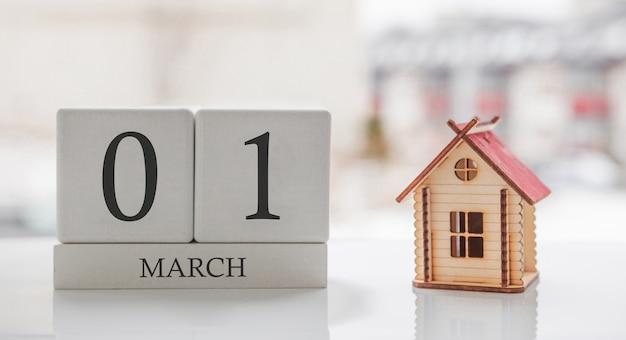 3月のカレンダーとおもちゃの家。月の1日目。印刷のためのハードメッセージまたは記憶