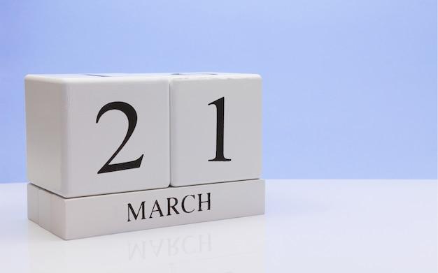3月21日月21日、白いテーブルに毎日のカレンダー。