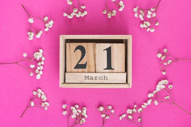 白い花の枝を持つ3月21日碑文