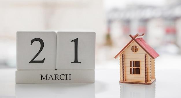 3月のカレンダーとおもちゃの家。月の21日。印刷のためのハードメッセージまたは記憶