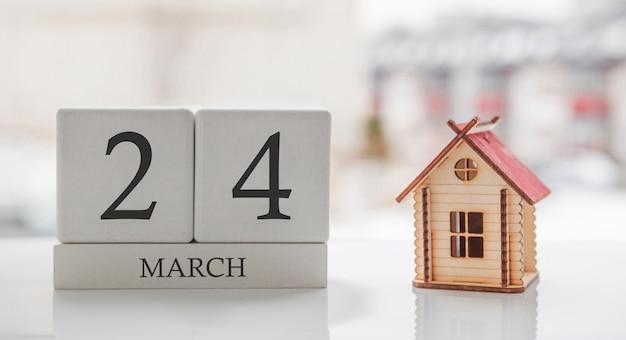 3月のカレンダーとおもちゃの家。月の24日。印刷のためのハードメッセージまたは記憶
