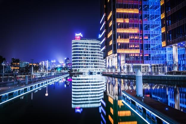 上海、中国 -  3月25日:上海、中国の2016年3月25日に外からウォーターフロントエリアから浦東地区のビュー。浦東は黄浦江の東に位置する上海地区です。