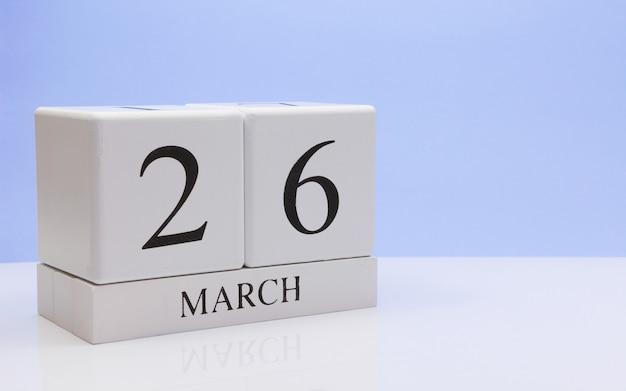 3月26日月26日、白いテーブルに毎日のカレンダー。
