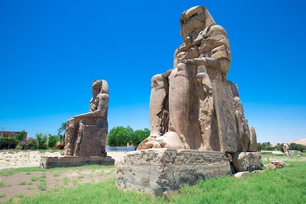 エジプト。ルクソール。メムノンの巨像-ファラオアメンホテプ3世の2つの巨大な石像