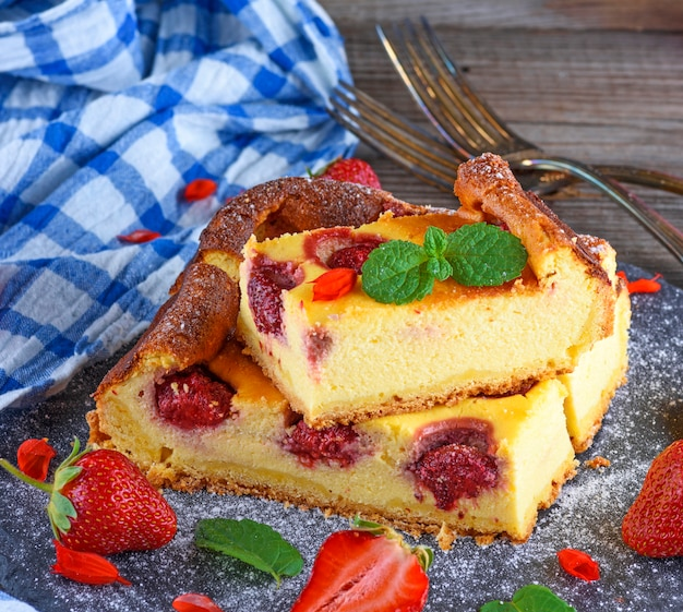 иð·ð¾ð±ñ€ð°ð¶ðµð½ð¸ñ:pieces of cheesecake with strawberries