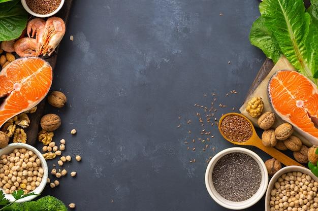 オメガ3とオメガ6の食料源のフレーム。野菜、シーフード、ナッツ、種子など、脂肪酸を多く含む食品