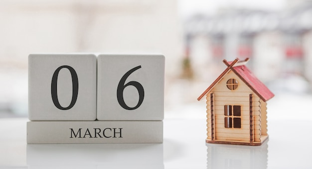 3月のカレンダーとおもちゃの家。月の6日目。印刷のためのハードメッセージまたは記憶