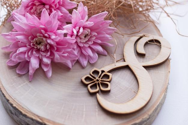 3月8日、国際女性の日8番の木製のスライスに美しいピンクの花