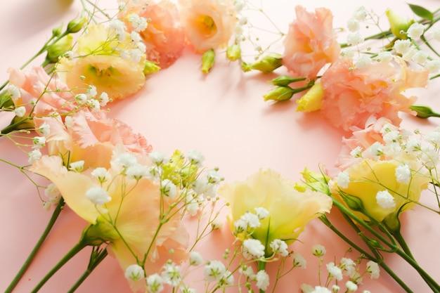 美しい花の花輪。ピンクのトルコギキョウトルコギキョウの花束。花の配達のコンセプト。 3月8日、誕生日カードテンプレート。セレクティブフォーカス。装飾要素。