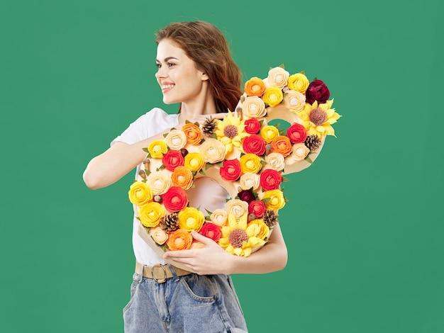 女性が3月8日の花の花束とポーズ、女性の日